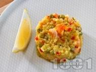 Паеля от ориз с шафран, замразен грах, зеленчуци и морски дарове - калмари и скариди на фурна